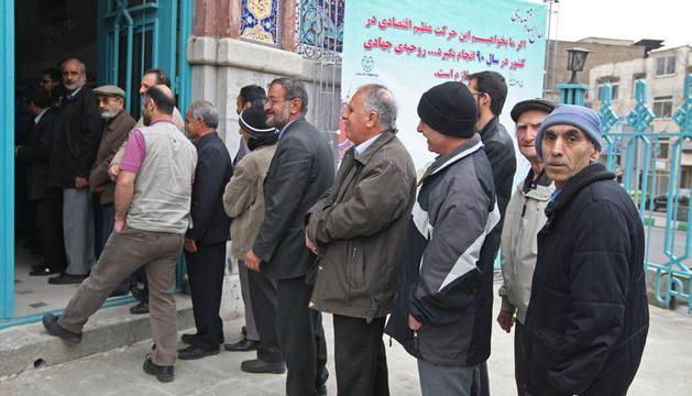 Varios iraníes votan en Teherán