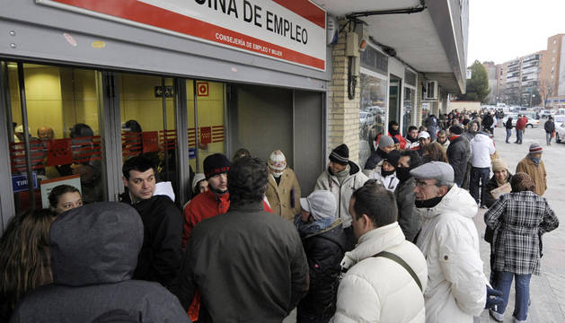 Varios desempleados en una oficina de empleo en Madrid