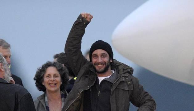 - El periodista francés William Daniels (d) saluda tras descender de un avión fletado por el gobierno francés en el aeropuerto militar de Villacoublay cerca de París