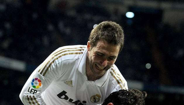 Higuain se abalanza sobre Kaká tras uno de los goles marcados ante el Espanyol