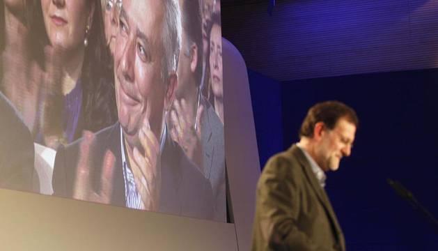 Mariano Rajoy pronuncia unas palabras durante el acto electoral que los populares celebran este domingo en Lucena (Jaén))
