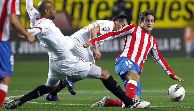 El delantero malí del Sevilla FC Frederic Kanouté (i) lucha el balón con Jorge Resurrección
