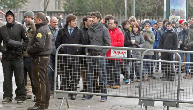 Algunos aficionados del Athletic, esperando este lunes para comprar su entrada para el partido ante el Manchester