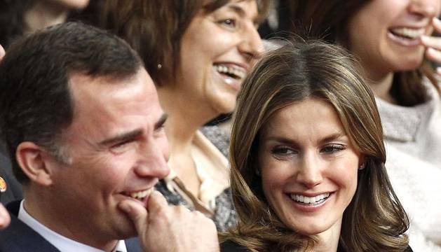 Don Felipe y doña Letizia rinden homenaje a los periodistas y personajes que forman parte de la serie