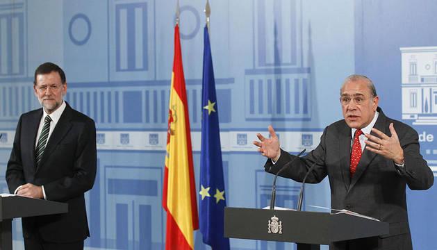 El presidente del Gobierno, Mariano Rajoy (i), y el secretario general de la OCDE, Ángel Gurría, durante rueda de prensa conjunta que hoy han ofrecido tras la reunión que ambos han mantenido en el Palacio de la Moncloa.