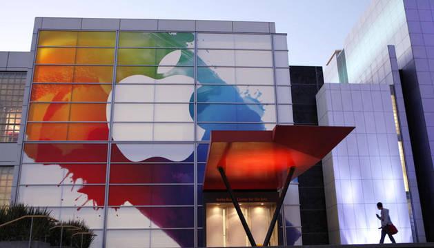 Escribe texto o la dirección de un sitio web, o bien, traduce un documento. Cancelar español inglés francés Alpha Un logotipo de Apple se ve en la entrada del Centro Yerba Buena para las Artes