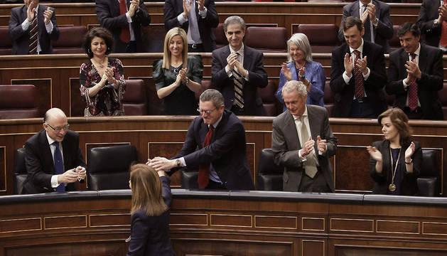 La ministra de Empleo y Seguridad Social, Fátima Báñez (abajo), vuelve a su escaño.