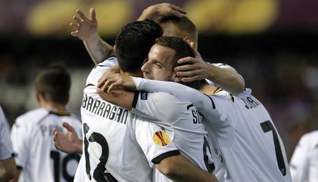 Roberto Soldado celebra con sus compañeros el segundo gol del Valencia