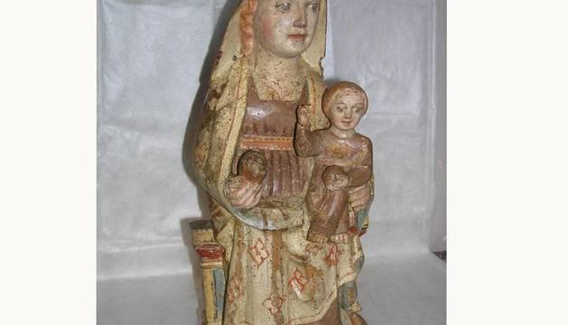 Imagen de la talla gótica de la Virgen con el Niño, expuesta en el Museo de Navarra.