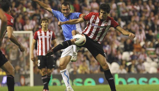 Patxi Puñal trata de arrebatar el balón a Javi Martínez durante el partido en San Mamés en septiembre del año pasado