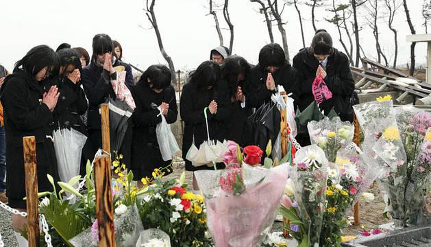 Supervivientes del instituto Shichiogo rezan por las víctimas del tsunami