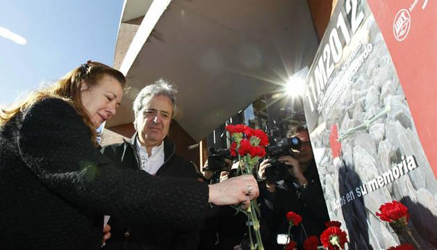 Pilar Manjón deposita flores en la estación Atocha