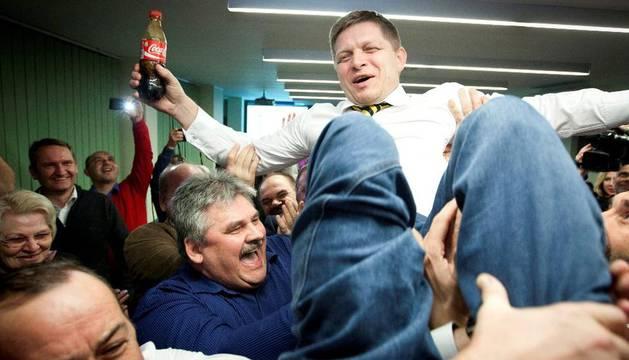 Robert Fico celebra con sus simpatizantes en la sede de la formación política en Bratislava (Eslovaquia) tras las elecciones legislativas