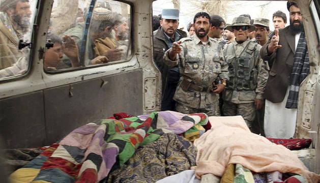 Varias personas muestran los cadáveres de los afganos asesinados por un soldado estadounidense, un total de 17, en la localidad afgana de Panjwai este domingo.