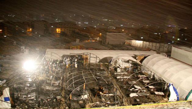 Bomberos y policías trabajan en el área de construcción de un hotel afectada por un incendio, en Estambul (Turquía).