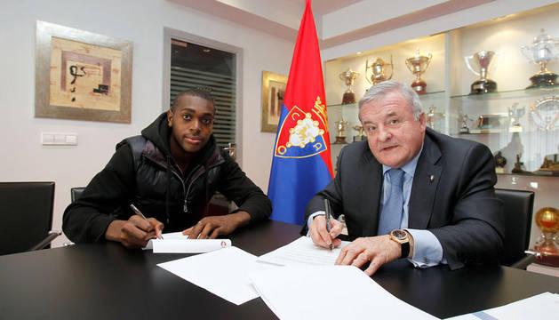 Raoul Loe y Pachi Izco firman el contrato por el que el jugador se vincula con Osasuna hasta 2015