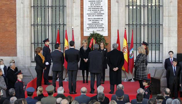 La presidenta de la Comunidad de Madrid, Esperanza Aguirre (de frente), y la alcaldesa de la capital, Ana Botella (junto a ella), acompañadas por los portavoces de los grupos parlamentarios en la Asamblea de Madrid.