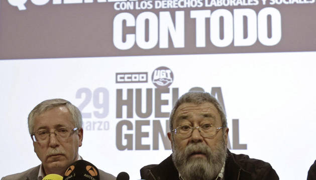 Los secretarios generales de UGT y CC OO, Cándido Méndez e Ignacio Gernández Toxo, durante la conferencia de prensa ofrecida el domingo tras la manifestación contra la reforma laboral.
