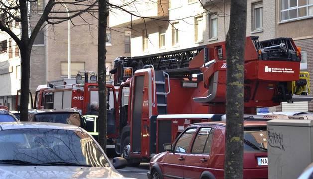 Los bomberos sofocan un incendio en un domicilio de Azpilagaña