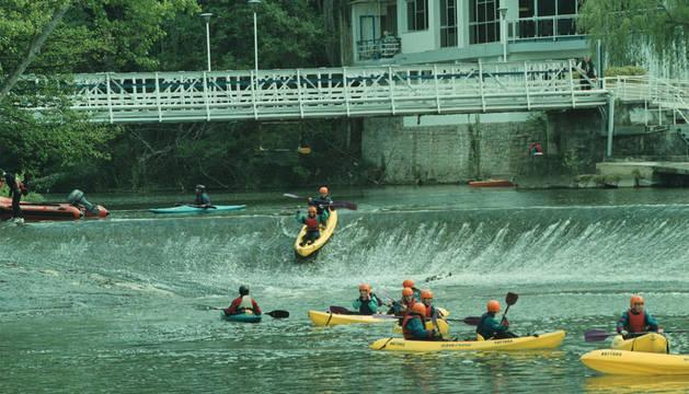 Imagen de archivo de 2002 de varias piraraguas descendiendo el río Arga