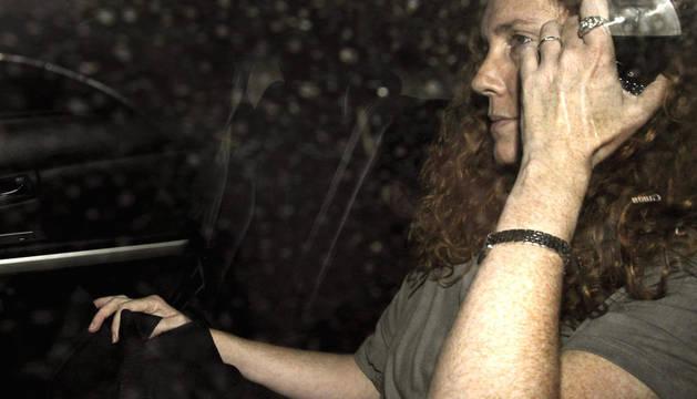 Fotografía de archivo fechada el 12 de julio de 2011 que muestra a la exconsejera delegada de News International Rebekah Brooks, en Londres (Reino Unido). Rebekah Brooks y su marido, Charlie Brooks, están entre los seis detenidos