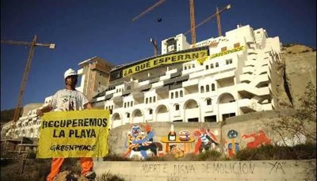 Activistas de Greenpeace durante una protesta anterior frente al hotel El Algarrobico (Almería)