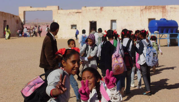 Niñas saharauis en los campamentos, yendo al colegio