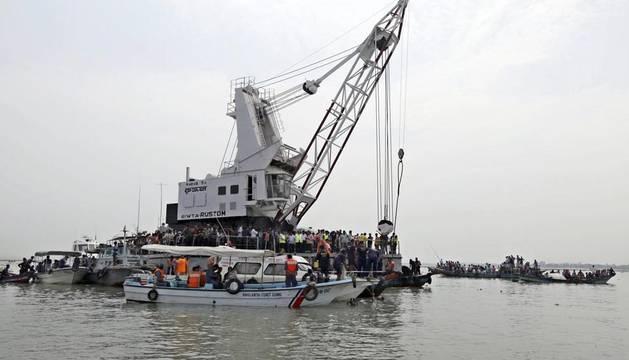 El navío MV Rustom, encargado de localizar los restos de la embarcación de pasajeros hundida en una zona fluvial del centro de Bangladesh