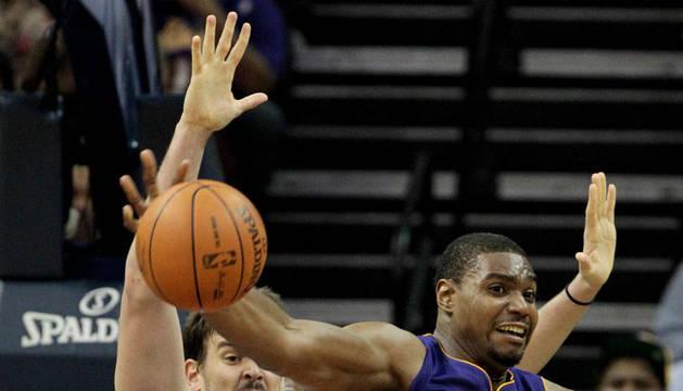 Los jugadores de los Grizzlies Marc Gasol (i) y O.J. Mayo (d) disputan la bola con Andrew Bynum (c) de los Lakers, durante el juego de la NBA en el FedExForum de Memphis, Tennessee (EE.UU.).