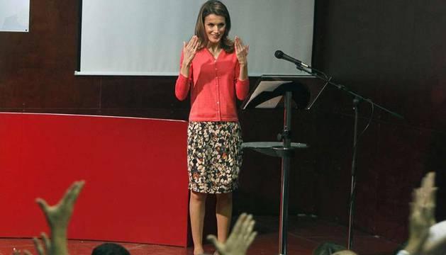 La Princesa Letizia da las gracias mediante el lenguaje de signos tras presidir la entrega de los premios de la Fundación CSNE