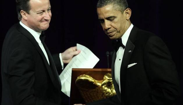 El presidente de EE.UU., Barack Obama (d), estrecha la mano con el primer ministro británico, David Cameron, durante una cena de Estado en la Casa Blanca