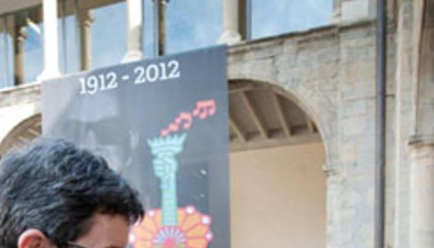 José Iribas, consejero de Educación, saluda a la hija del guitarrista flamenco