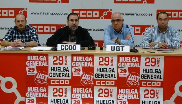 Los secretarios sindicales en Navarra, Juan Goyen (UGT) y José María Molinero (CCOO), durante la rueda de prensa