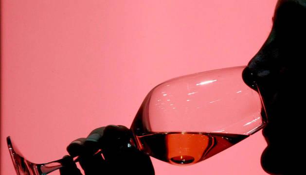 Un hombre bebe una copa de vino