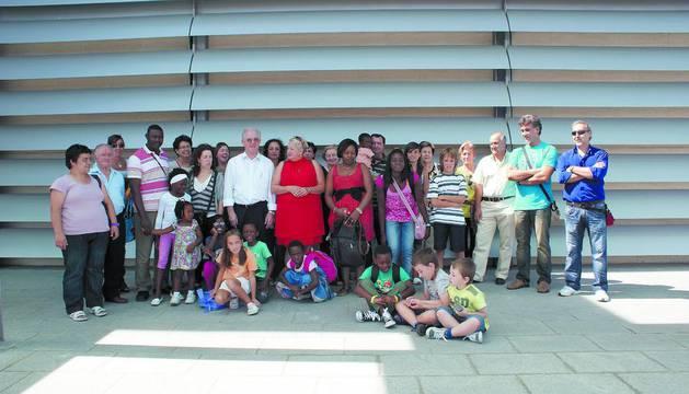 Niños y niñas que vinieron el verano pasado con Ama Mayte y familiares de acogida.