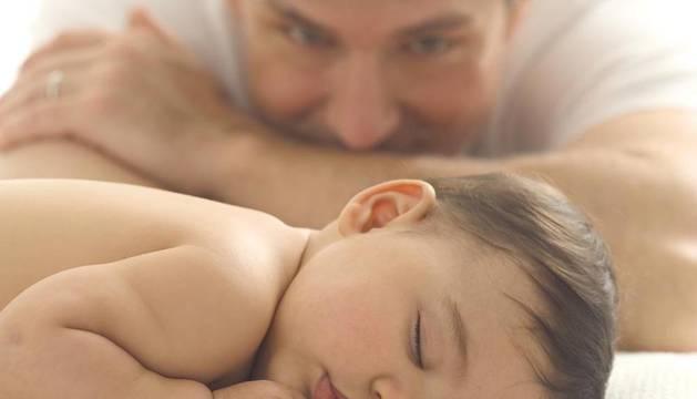 Un padre y su bebé