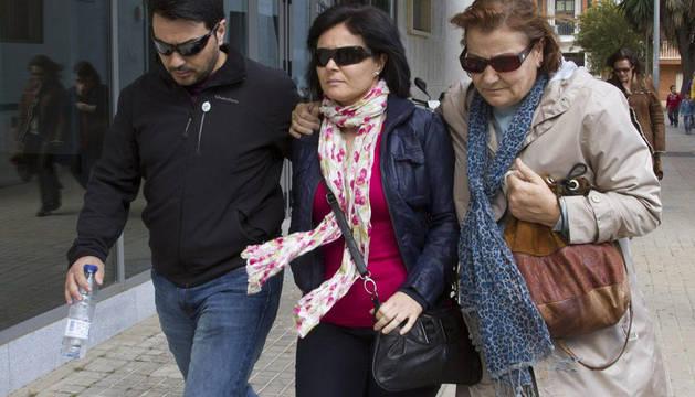 Ruth Ortiz (c) a la salida de los juzgados de Huelva, donde ratificó la denuncia por maltratos contra Bretón