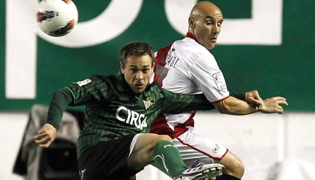 El mediocentro del Rayo Vallecano José María Movilla (dcha.) pugna por el balón con el defensa del Real Betis Ignacio Pérez