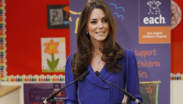 La duquesa de Cambridge, Catalina Middleton, pronuncia un discurso durante la inauguración de un centro de atención a niños enfermos