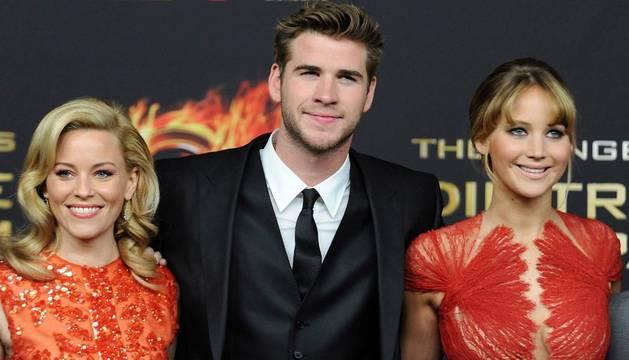 Elisabeth Banks (i), Liam Hemsworth (c) y Jennifer Lawrence (d), durante el estreno de