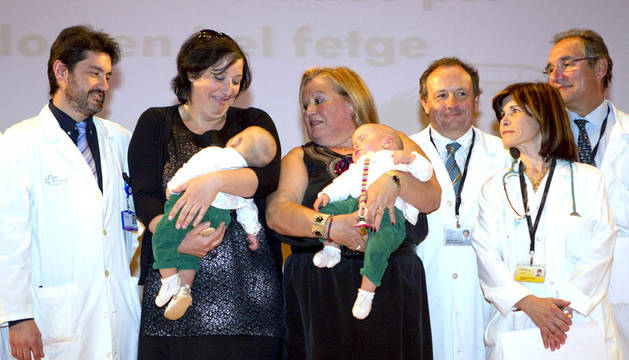 Las siamesas Núria y Marta son sostenidas por su madre y abuela