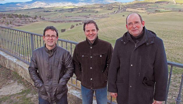 Aitor Sanz de Galdeano, Rubén Martínez Landa y Tirso Salvatierra Martínez de Eulate posan contra el fondo de los campos agrícolas.