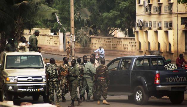 Un grupo de los militares levantados se hace con el control de una de las calles de Bamako, la capital maliense.
