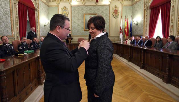 Fco. Javier Fernández impone la medalla a Maribel Echave.