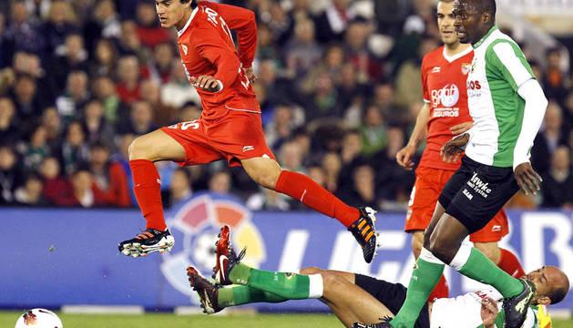 El delantero del Sevilla Manu del Moral (izda.) se va del centrocampista del Racing de Santander, Gonzalo Colsa