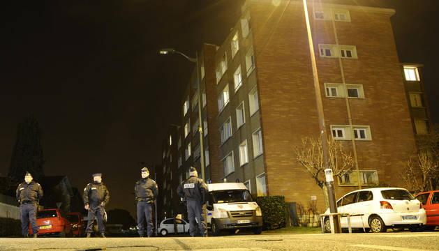 Miembros de la unidad especial de la Policía francesa custodian el bloque de apartamentos donde se encuentra atrincherado el presunto asesino de la matanza en una escuela judía de Toulouse.