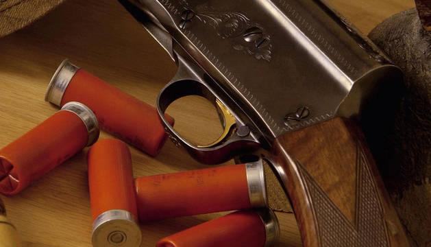 Una escopeta y varios cartuchos de caza