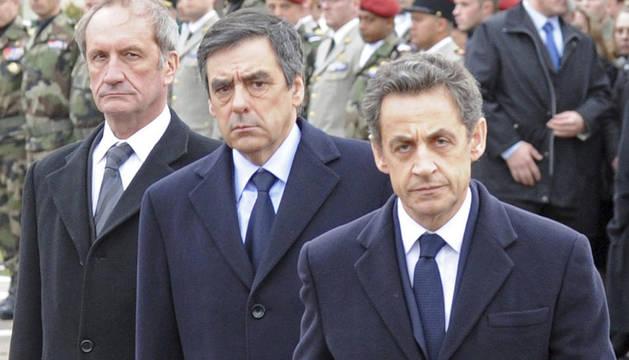 El presidente francés Nicolas Sarkozy, el ministro de Defensa Gerard Longuet (izda), y el primer ministro Francois Fillon (c), durante la ceremonia de homenaje a los tres militares asesinados en Toulouse y Montauban el pasado miércoles.