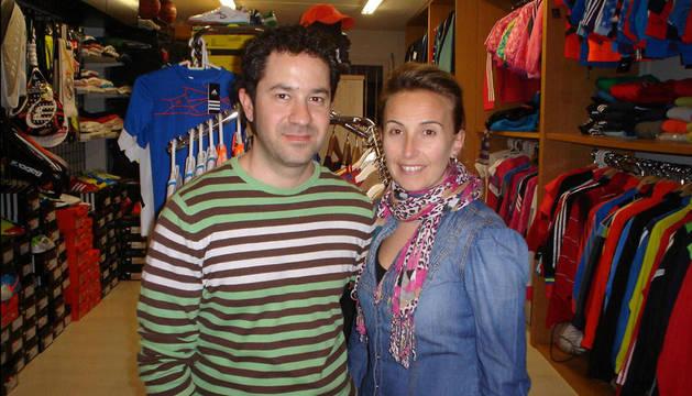 Alfonso Chivite, con su mujer Tere Liso en su tienda de deportes