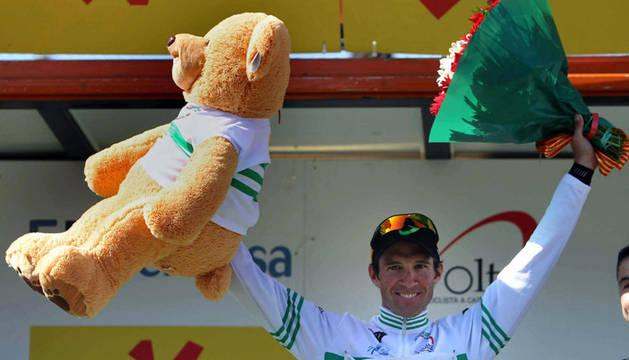 Michael Albasini posa en el podio tras proclamarse vencedor final de la Volta a Catalunya
